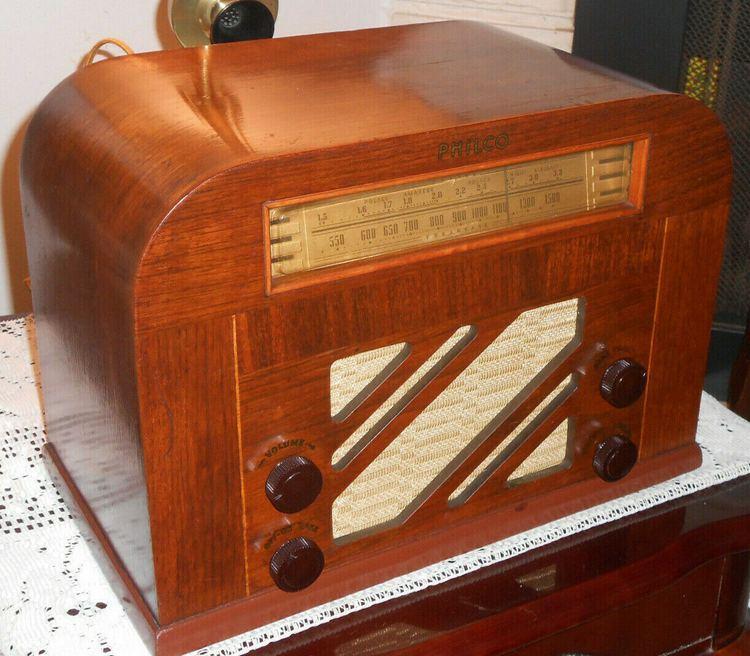 NICE VINTAGE 1940 PHILCO 40-130 TUBE AM POLICE WOOD RADIO