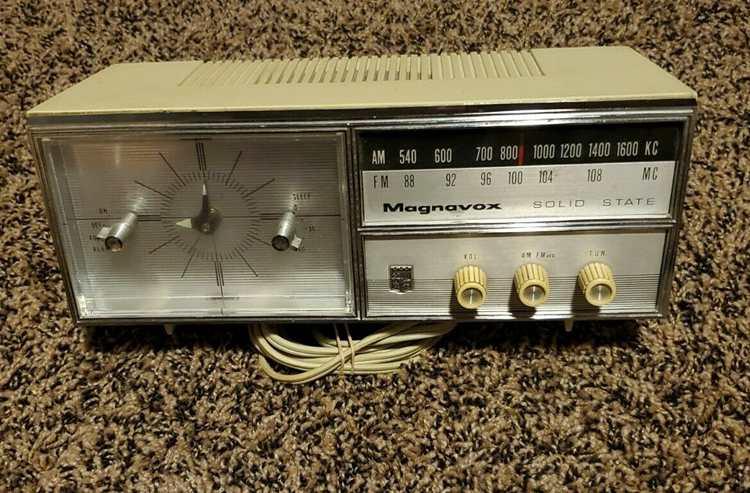 Vintage 1960s Magnavox Solid State Radio AM FM TM16